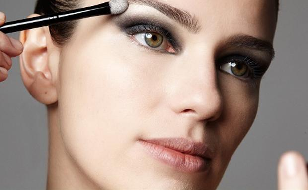 mulher-se-maquiando-passando-sombra-preta